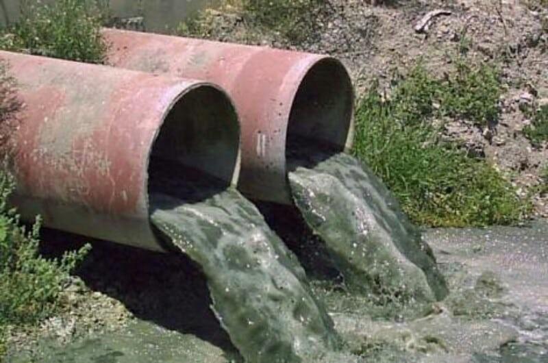 En algunos casos, no tener un control en el mantenimiento del drenaje ocasiona que desemboque en ríos limpios y utilizados para el riego de plantas frutales, al sufrir los ríos contaminación se ven afectados las personas, plantas y animales que dependen de este recurso para vivir.
